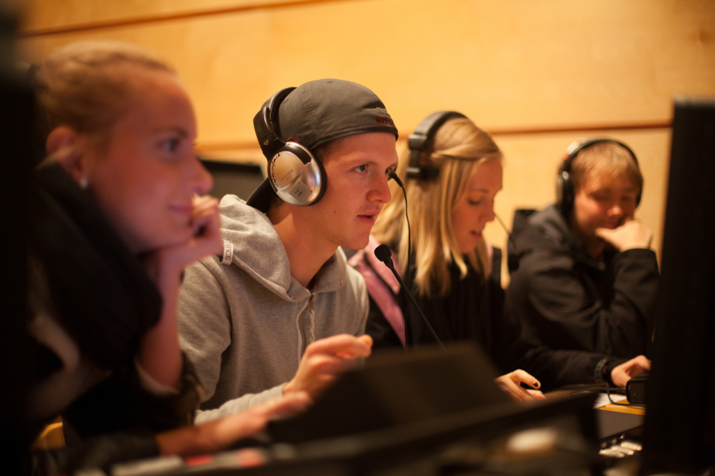 Konsentrerte MID-studentar. Foto: Oddbjørn Kvalvik.