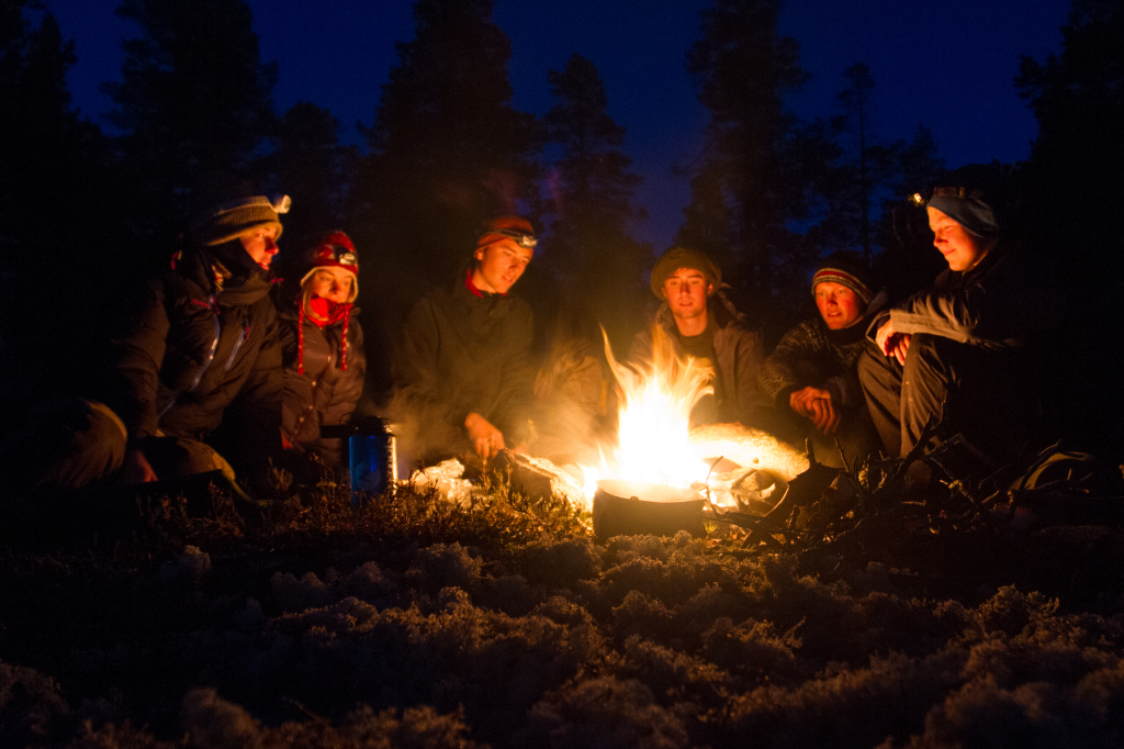 djupe samtalar kring leirbålet, friluftsliv, Høgskulen i Volda_ foto av Sondre Stenesbøl